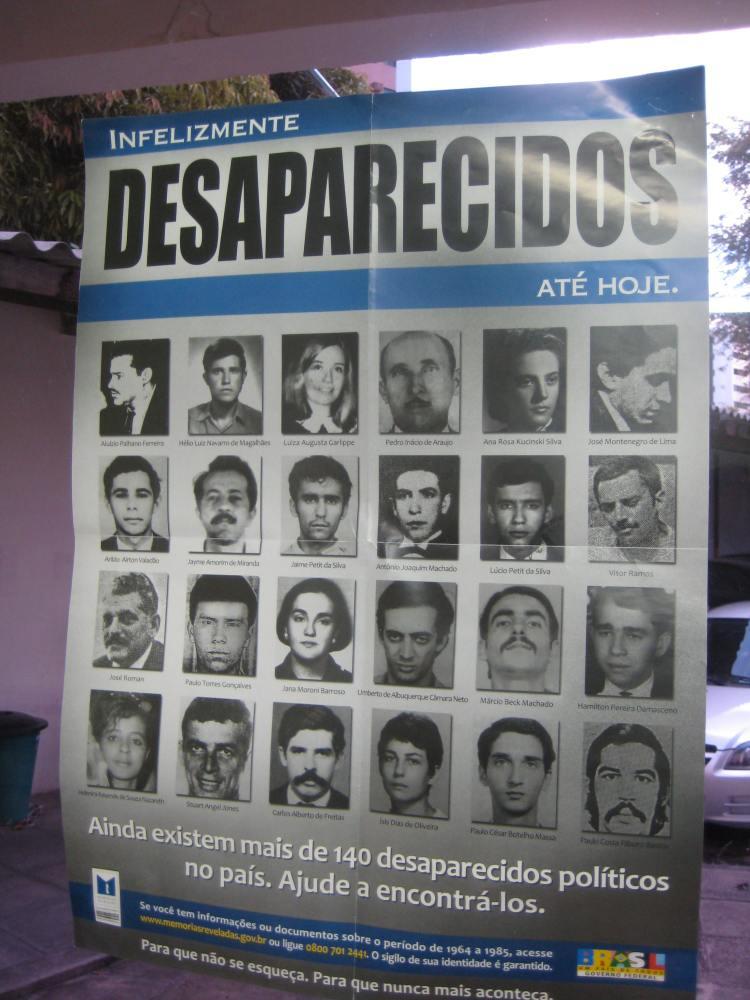 """Plakatkampagne der Nationalen Wahrheitskommission: Verschwunden, bis heute! Noch immer gibt es mehr als 140 aus politischen Gründen """"Verschwundene"""" in diesem Land. Helfen Sie uns, sie zu finden."""