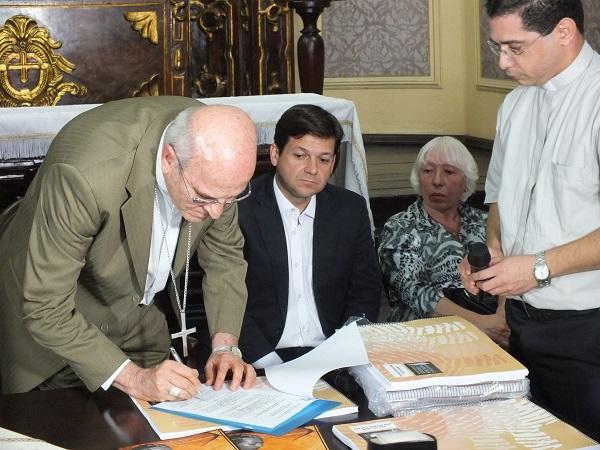 Erzbischof Dom Fernando unterzeichnet den Antrag auf Heiligsprechung für Dom Hélder Camâra
