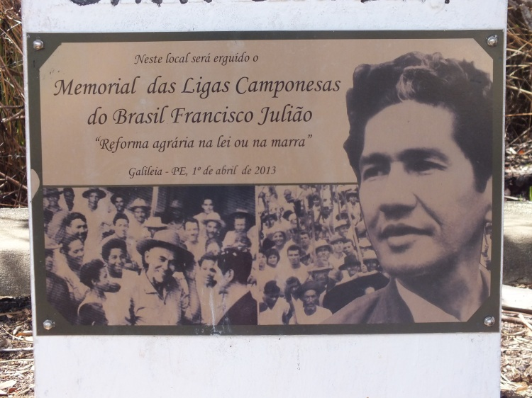 """Memorial to the ligas camponesas and Francisco Julião (Julião-Quote: """"Land reform - by law or by force"""")"""